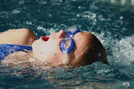 Girl_Swims_DeepBreath